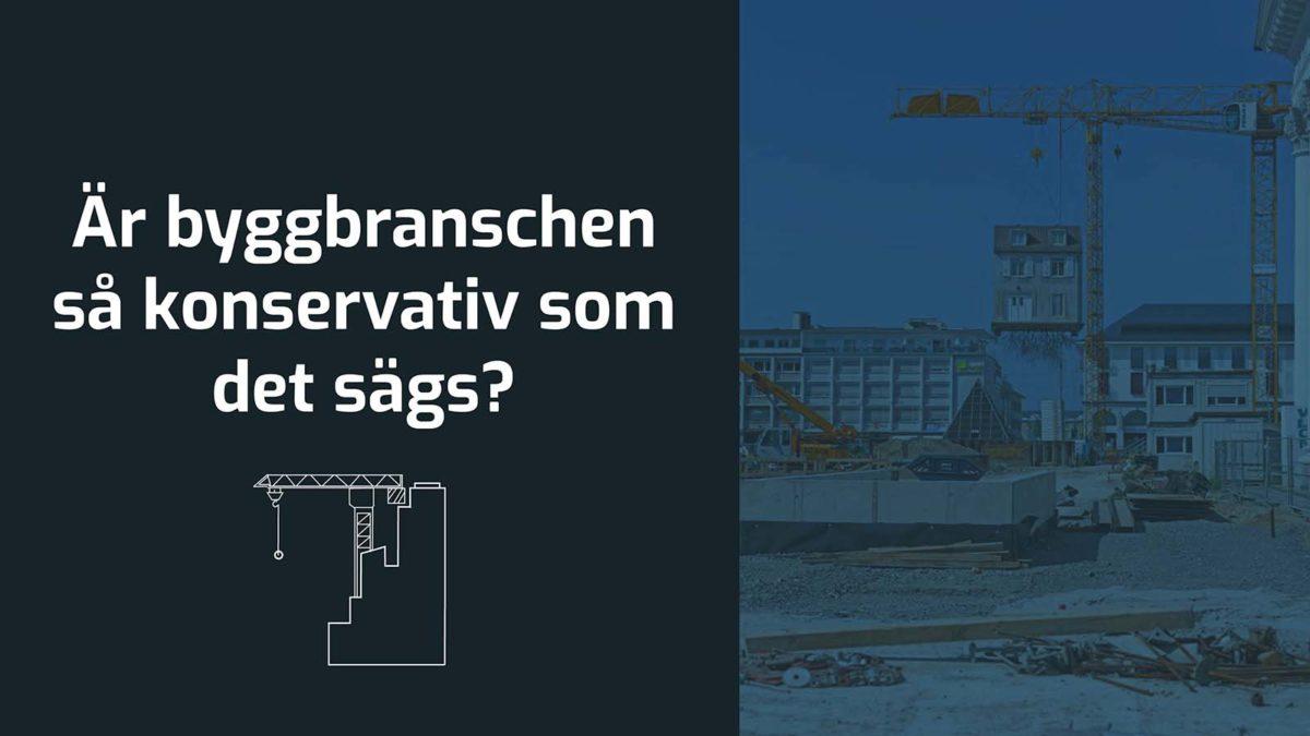 Blåtonad bild över en byggarbetsplats. Svart platta till vänster med texten Är byggbranschen så konservativ som det sägs? Ikon av en lyftkran vid en byggnad.