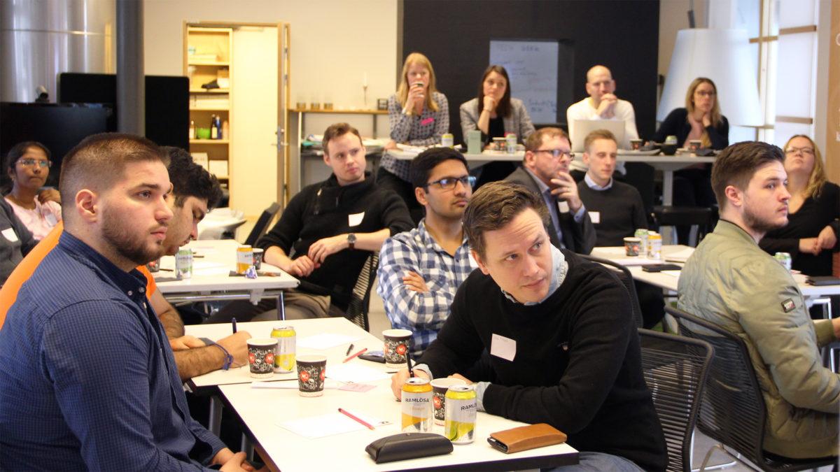Studenter sitter och lyssnar på en talare under ett datalabb.