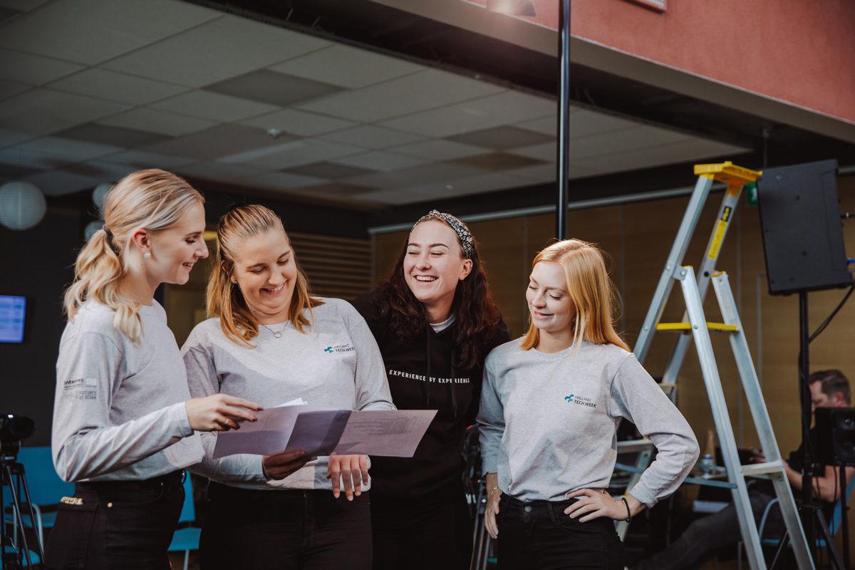 Fyra personer från Campus & Company pratar och skrattar tillsammans under Halland Tech Week 2020