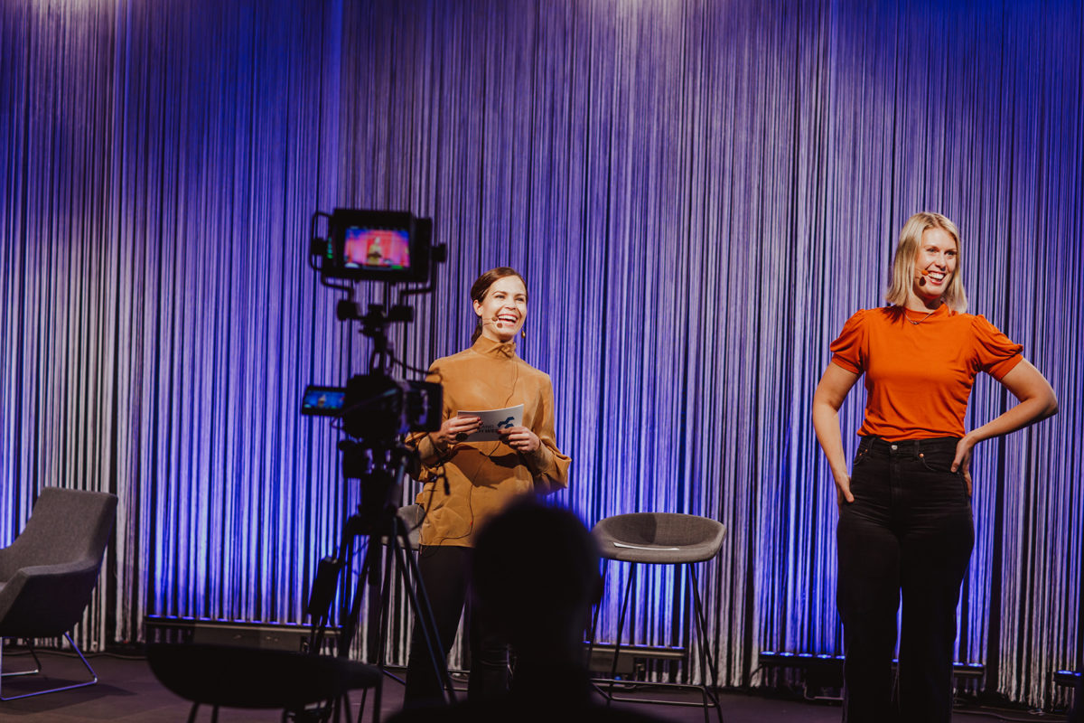 Två personer står och ler på scen framför en kamera under Halland Tech Week 2020