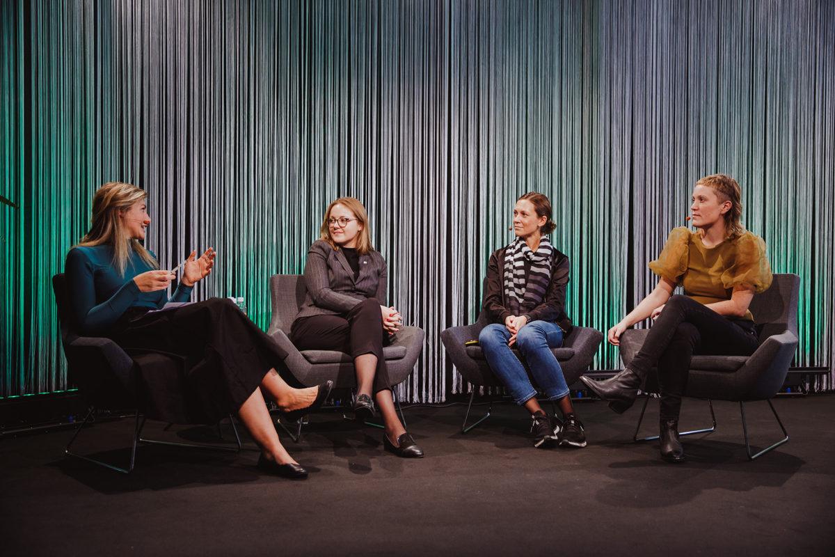 Fyra personer sitter i grupp och diskuterar under Halland Tech Week 2020