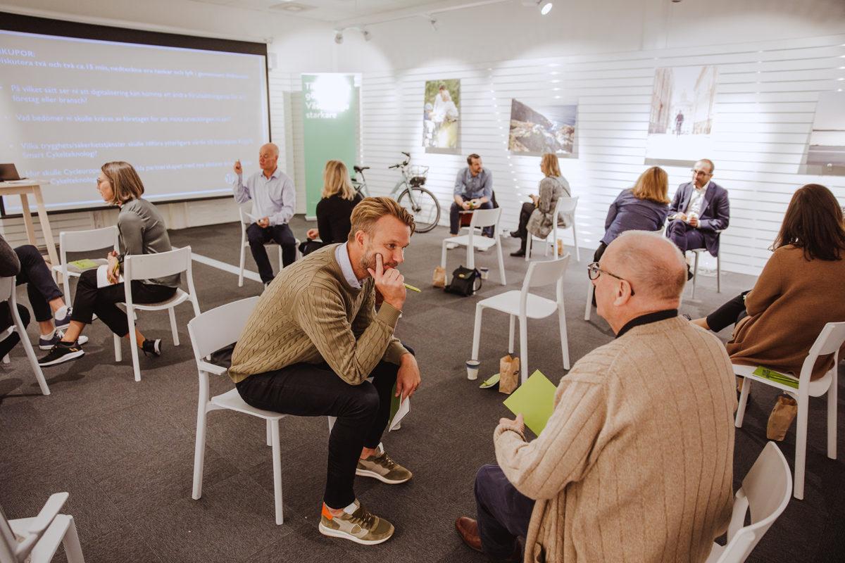 Personer sitter i smågrupper och samtalar under Cycle Europes programpunkt under Halland Tech Week 2020