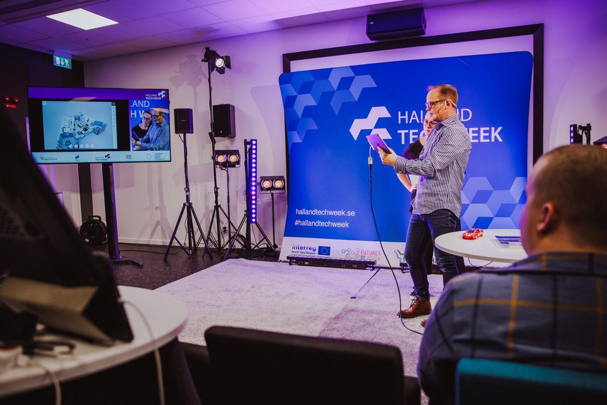 En föreläsare visar en tech-lösning på sin surfplatta för deltagarna vid en programpunkt under Halland Tech Week 2020